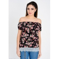 Черная в цветочный принт удлиненная блузка с открытыми плечами