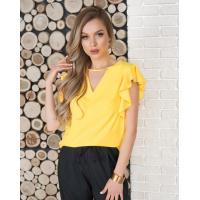 Желтая блуза с вырезами и воланами