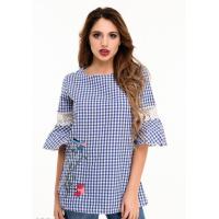 Ярко-синяя в белую клетку блузка с пышными рукавами и вышивкой