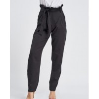Черные брюки-дудочки с рюшами на поясе