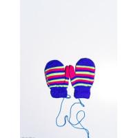 Яркие полосатые шерстяные варежки цвета электрик на веревке
