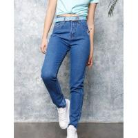 Синие джинсы с нашивкой