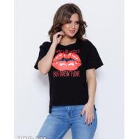 Черная трикотажная футболка с ярким красным принтом