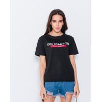 Черная эластичная футболка с принтом