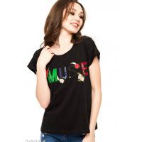 Черная летняя футболка с яркой аппликацией на груди