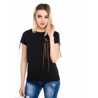 Черная футболка с декором из длинных лент и бусин