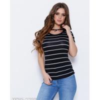 Черно-белая полосатая футболка с кулоном на шее