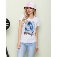 Белая трикотажная футболка с цветным принтом