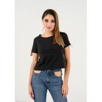 Черная короткая футболка с красной тесьмой и принтом на спине