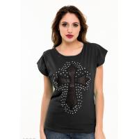 Черная футболка с черным кожаным крестом на груди