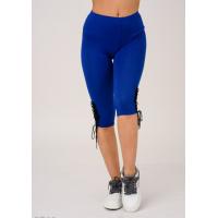 Ярко-синие капри с черной декоративной шнуровкой у колен