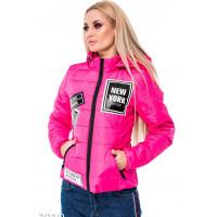Ярко-розовая дутая куртка с броскими нашивками