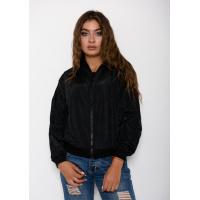 Черная тонкая куртка-бомбер с крупной цветной нашивкой на спине