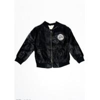 Черная куртка из эко-кожи на молнии с нашивкой