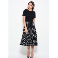Черное платье с короткими рукавами и с полосатой расклешенной юбкой