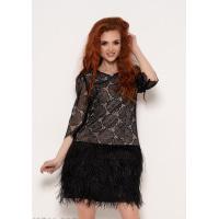 Черное платье с кружевом и перьями