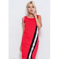 Красное обтягивающее платье по фигуре из эластично трикотажа с диагональным трехцветным декором с кнопками по всей длине