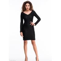 Черное фактурное платье с крупными бусинами и V-вырезом
