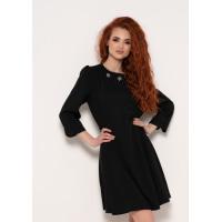 Черное платье с брошками на горловине