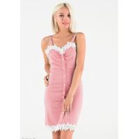 Розовое платье-футляр на широких бретельках с пуговицами