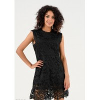 Черное приталенное платье с верхним кружевным слоем
