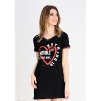 Черное свободное платье-футболка с V-вырезом и принтом на груди