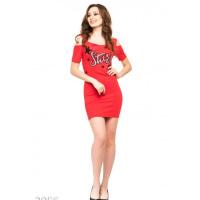 Красное платье-футболка с принтом и прорезями на плечах