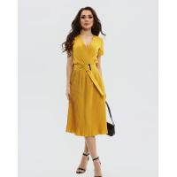 Шафрановое приталенное платье с плиссировкой