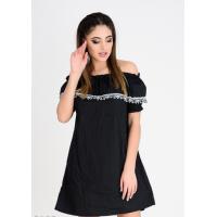 Черное платье с открытыми плечами и кружевом на отворотах