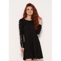 Черное трикотажное платье с переплетом на рукавах