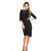 Черное платье с запахом юбки на золотой цепочке
