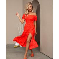 Оранжевое в горох платье с открытыми плечами