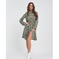 Свободное оливковое платье-рубашка с крупным горохом