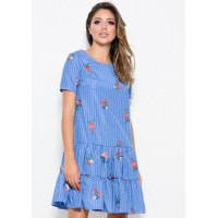 Синее в полоску платье прямого кроя с вышивкой и воланами по низу