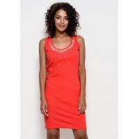 Красное трикотажное обтягивающее платье без рукавов с тесемками на спине и инкрустацией стразами спереди на лифе