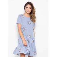 Синее в белую полоску платье прямого кроя с вышивкой и воланами по низу