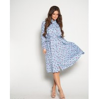 Голубое с цветочным принтом платье на пуговицах