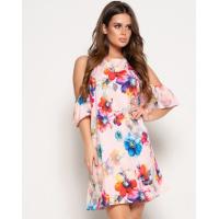 Розовое свободное платье с открытыми плечами