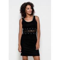 Черное трикотажное платье без рукавов с кружевом и инкрустацией стразами и жемчугом