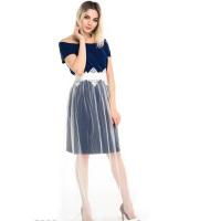 Синее платье с вырезом-лодочкой с пышной полупрозрачной белой юбкой