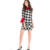 Клетчатое черно-белое платье с ярко-красными деталями-обманками