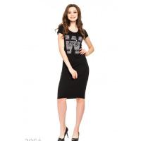 Черное трикотажное платье в рубчик с крупной W на груди и пайетками