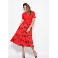 Красное платье с короткими рукавами и с полосатой расклешенной юбкой