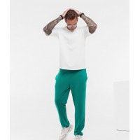 Трикотажный костюм с футболкой и зелеными штанами
