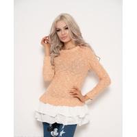 Тонкий персиковый свитер с белыми воланами