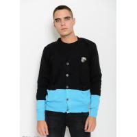 Черный свитер на пуговицах с карманами и нашивкой на груди