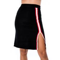 Черная юбка с разрезом, отделанным тесьмой
